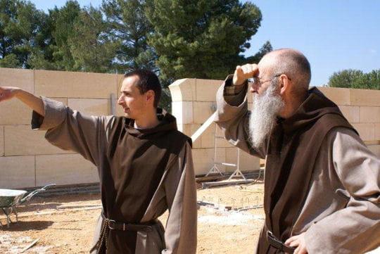Les moines et moniales suivent le chantier