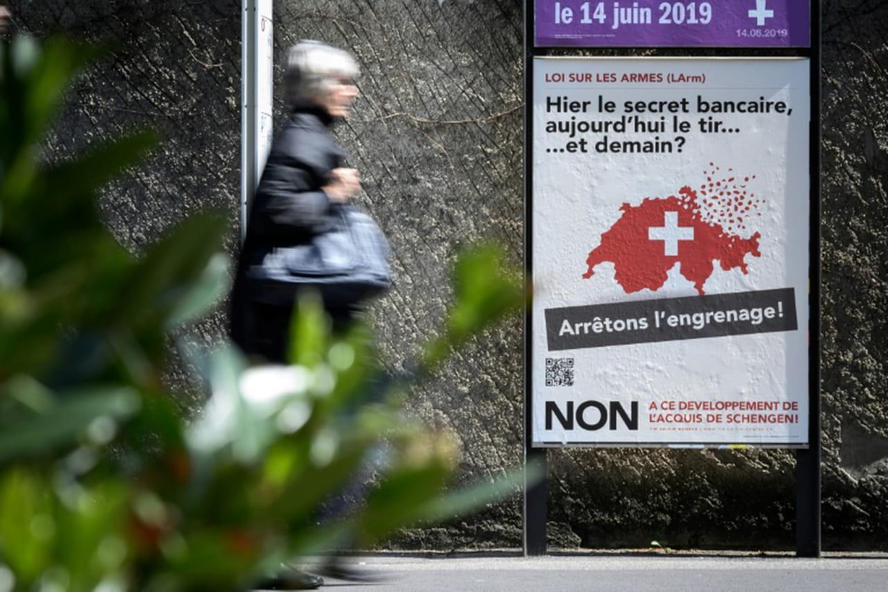 Armes: les Suisses approuvent un durcissement de leur législation