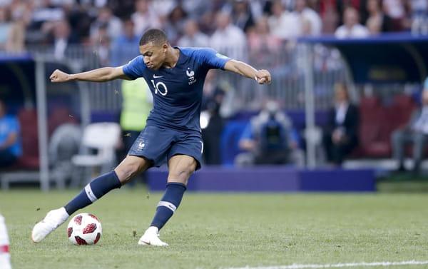 Kylian Mbappé marque le quatrième but de son équipe lors du match final entre la France et la Croatie lors de la Coupe du monde de football 2018