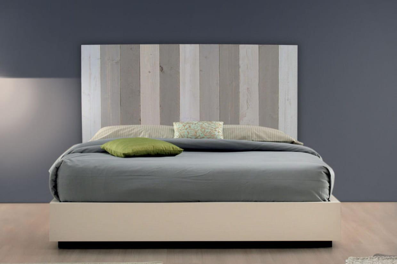 une tête de lit en planches de coffrage