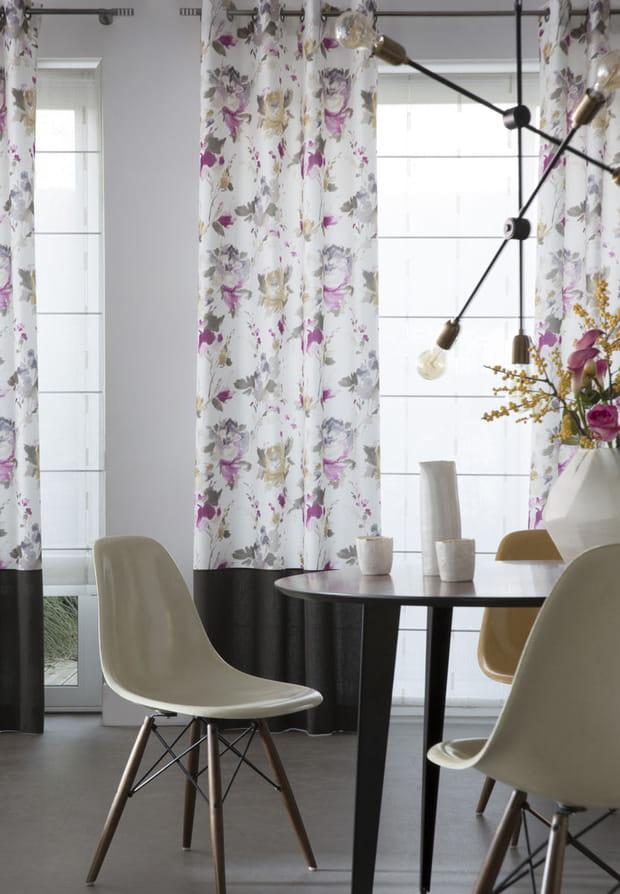 des rideaux oeillets fleuris. Black Bedroom Furniture Sets. Home Design Ideas