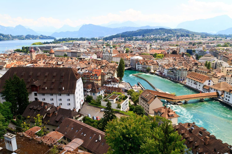 Passer sa retraite en Suisse: démarches, avantages et inconvénients