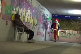 Un clown psychopathe terrorise les passants