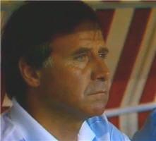 michel hidalgo sur le banc de l'équipe de france pendant le match contre la rfa.