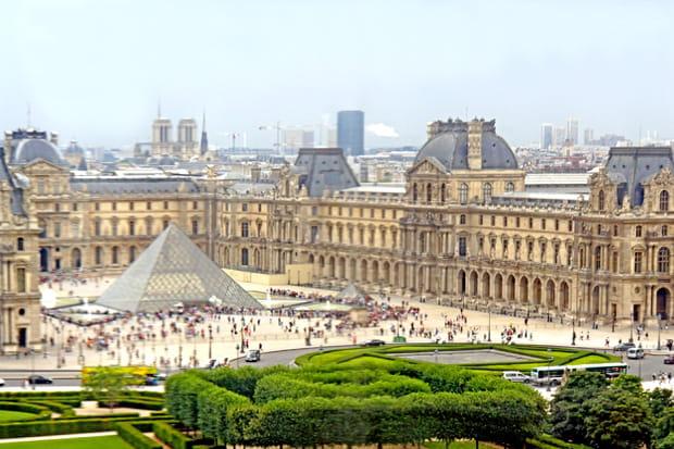 Le Louvre en haut de la grande roue à Paris