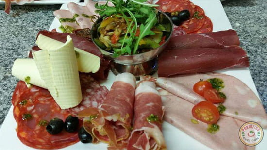 Plat : Portofino chez Gopi  - L'assiette Gopi composée d'un assortiment de charcuteries et de fromages -   © ChezGopi