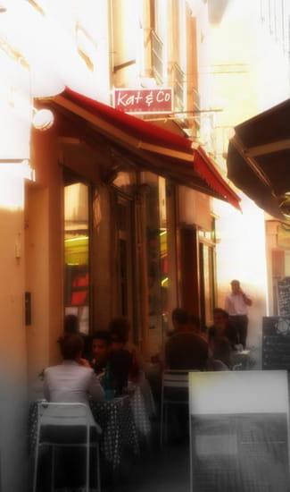 Kat & Co  - La terrasse, ombragée, dans les petites rues du centre ancien de Millau -   © T.MOREL