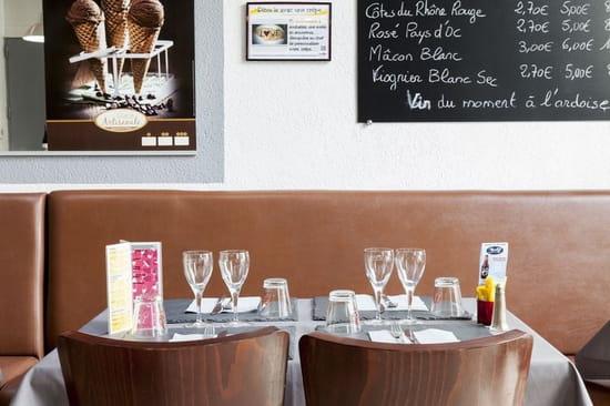 Restaurant : Creperie Praline et Fleur de Sel  - A table -   © PHL69