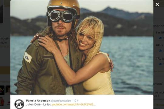 """Julien Doré : pourquoi il a choisi Pamela Anderson dans son clip """"Le Lac"""""""