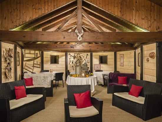 Autour de la Table  - l'hiver la terrasse couverte se transforme en chalet -   © autour de la table