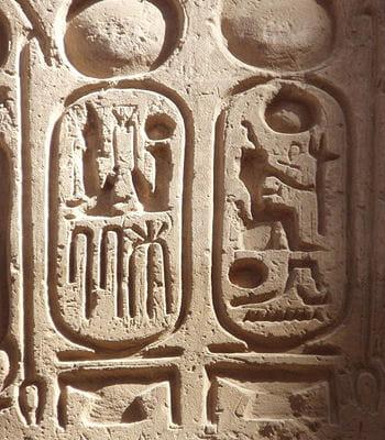 les magnifiques hyéroglyphes supplantent les fresques de la grotte de lascaux.