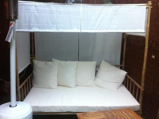 Les Trois Continents  - le sofa de la terrasse couverte et chauffée -