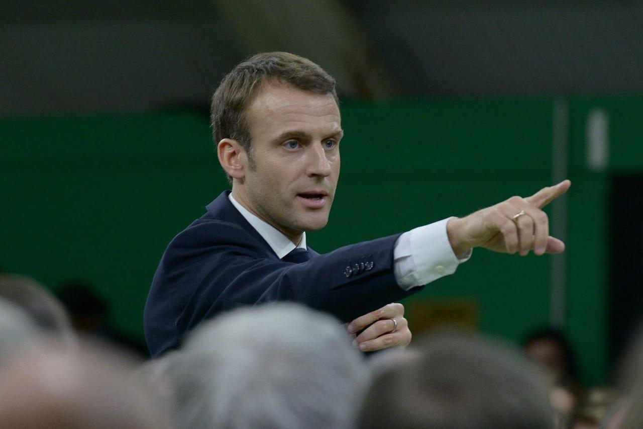 Macron devant les maires: les images de sa performance physique