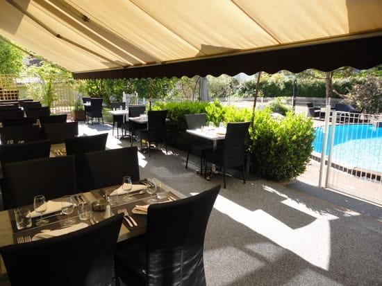 Restaurant des Grands Crus  - Restauration en terrasse au bord de la piscien -   © anciaux marianne