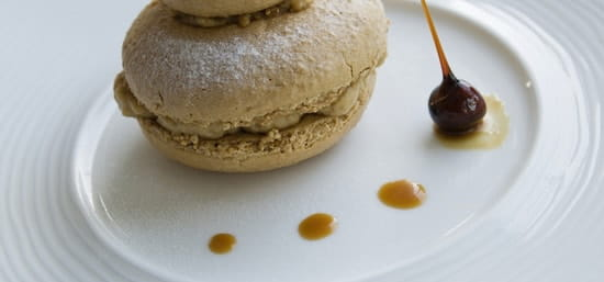 Les Costans  - gros macaron au caramel beurre salé -   © catherine Merdy