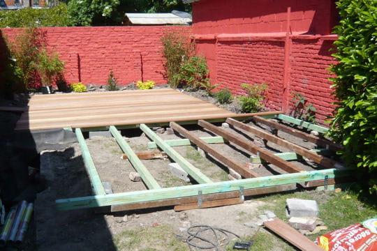 l 39 ossature de la terrasse en bois. Black Bedroom Furniture Sets. Home Design Ideas