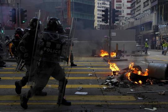 Hong Kong: tensions et violences ce 1er octobre, des images choc