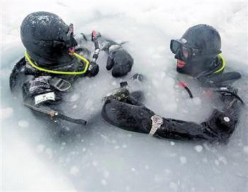 les plongeurs ont effectué des descentes dans le lac gelé de tignes en décembre