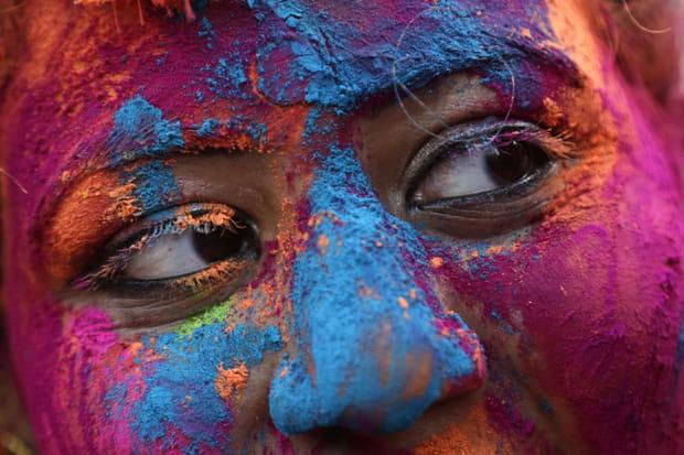 Zoom sur un visage coloré de poudres