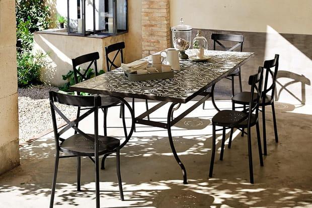 Une table de jardin en carreaux de ciment