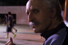 Déguisé en grand-père, ce freestyler va impressionner un groupe de jeunes