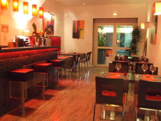 Restaurant L'Arôme - Jean-Jack Monti  - le bar et sa salle -