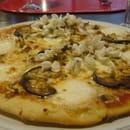 La Flambée des Mille Poètes  - Pizza du mois, fleurs d'accacia, aubergines grillées, miel -   © racinenathalie