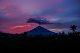 Volcan à Bali: les images de l'éruption, les touristes quittent l'île