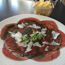 Plat : Le NightFall  - Carpaccio de bœuf basilic, copeaux de Parmesan, frites et salade -