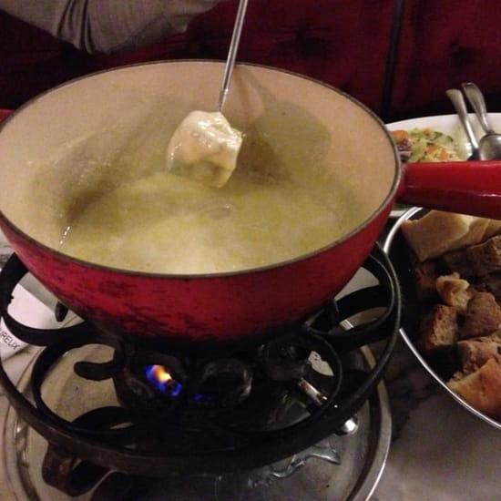 Plat : Heureux comme Alexandre  - Spécialité du restaurant : fondu savoyarde (pain, patate à volonté) -