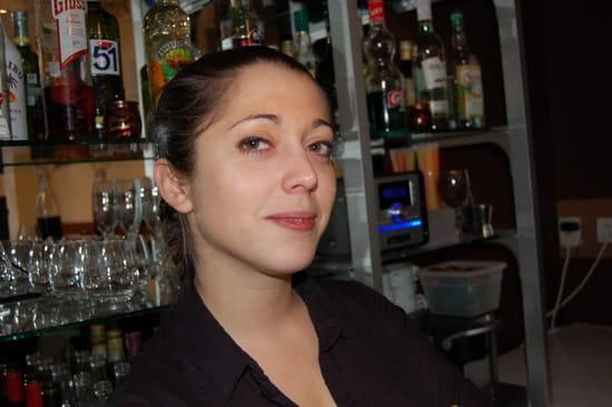 Miel et Paprika  - Marine derrière le bar -