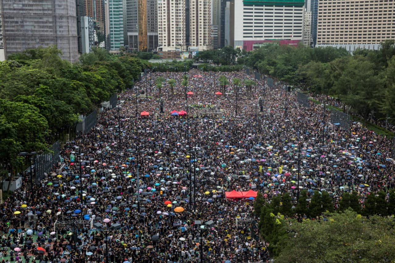 A Hong Kong, la foule manifeste à nouveau dans les rues