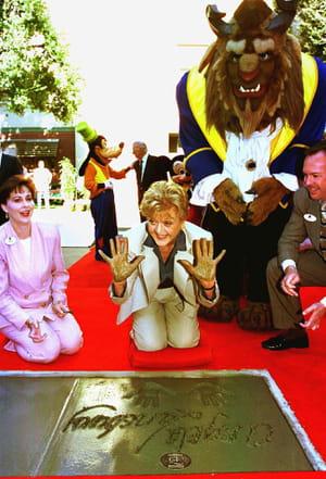 Angela Lansbury pose ses empreintes à Disney aux côtés des personnages de La Belle et La Bête