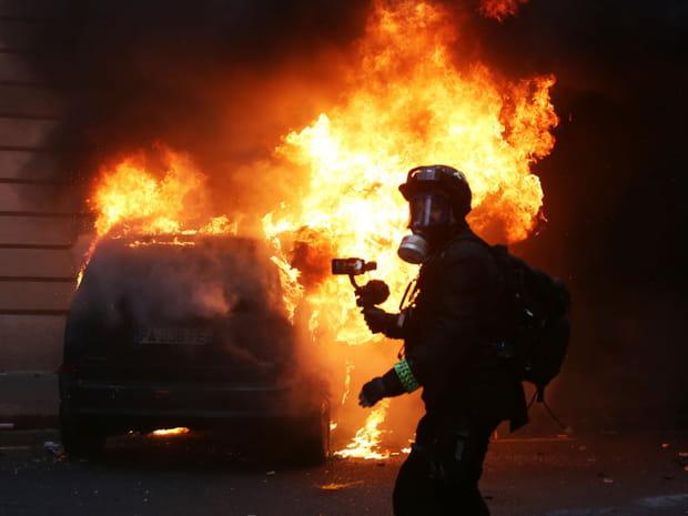 Gilets jaunes: les images choc des débordements à Paris