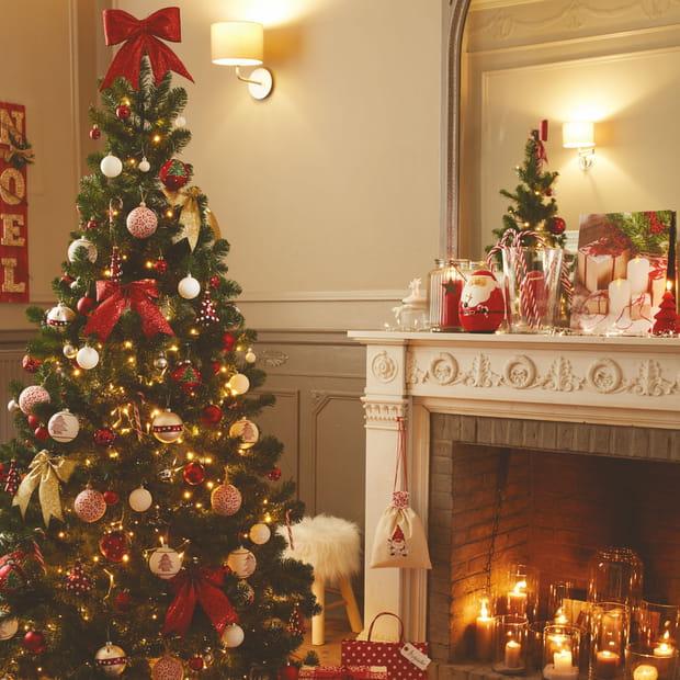 Un sapin de Noël rouge traditionnel