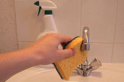 avant de s'attaquer au calcaire, il faut bien nettoyer le robinet.
