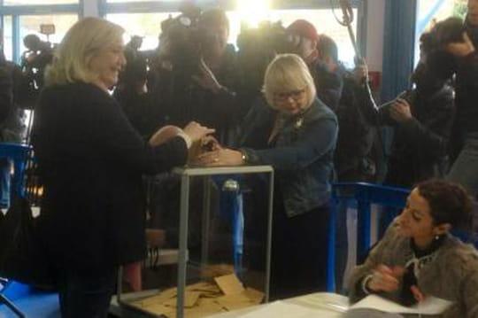 Elections départementales 2015: Marine Le Pen a voté bien entourée (VIDÉO)