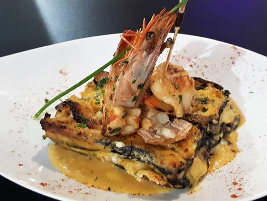 Plat : Costa d'Amalfi  - Lasagnes à l'encre de seiche et fruits de mer, brochette de gambas et langoustines -   © @ Restaurant Costa d'Amalfi