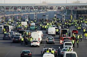 """""""Gilets jaunes"""": près de 283.000manifestants, un mort et 200blessés sur les barrages"""
