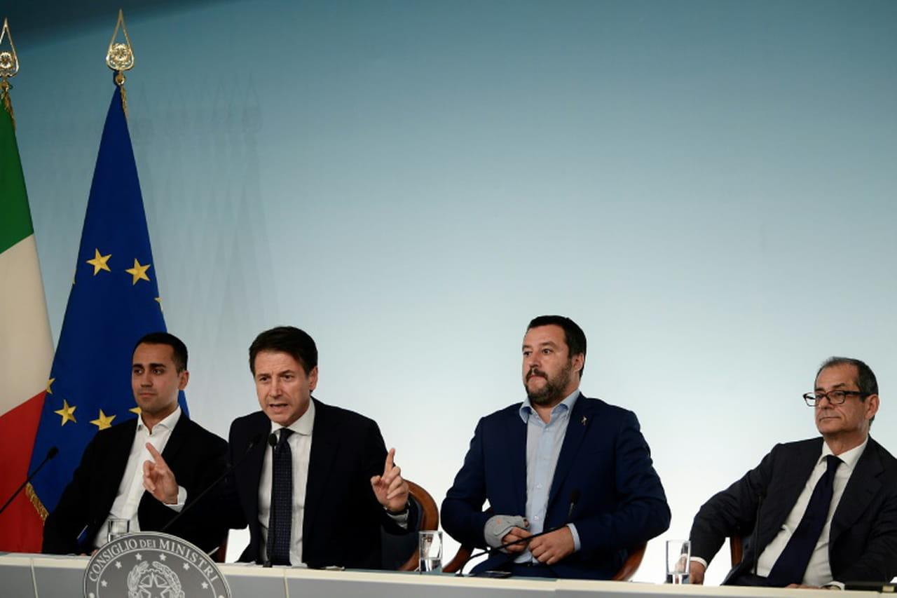 """Budget italien: la zone euro appelle à Rome à """"saisir la main tendue"""" par Bruxelles"""
