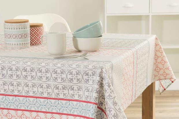 sur une nappe de table. Black Bedroom Furniture Sets. Home Design Ideas