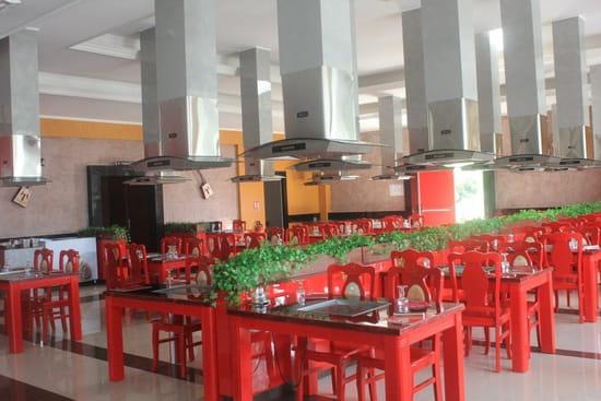 Gengis Khan Grill  - Plaque chauffante au milieu des tables, hotte au dessus. -