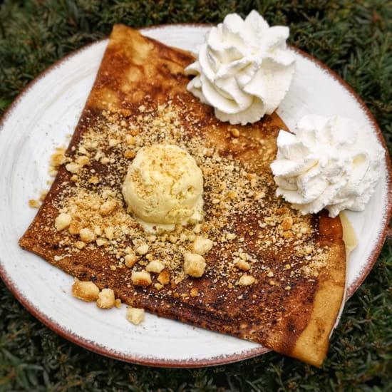 Dessert : Crêperie L'Épi de Blé - Rennes  - Crêpe Breizh au caramel au beurre salé, palet breton, chantilly et boule de glace vanille -   © -