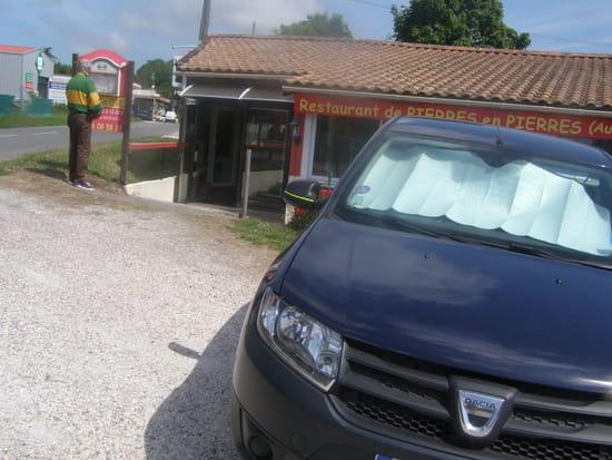 Restaurant de Pierres en Pierres  - le parking du restau! -   © c le dréau