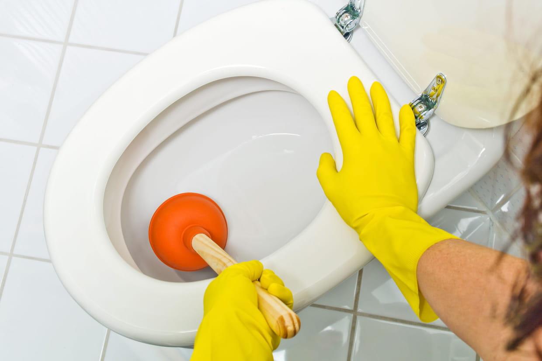 5 techniques tr s efficaces pour d boucher les toilettes - Detartrage wc tres entartre ...