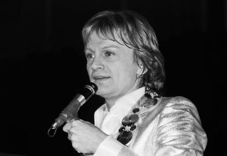 Claude François sur sur scène lors d'un concert au Palais des sports