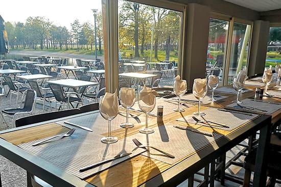 Restaurant : Les Voiles du Lac  - table et terrasse -   © les voiles du lac