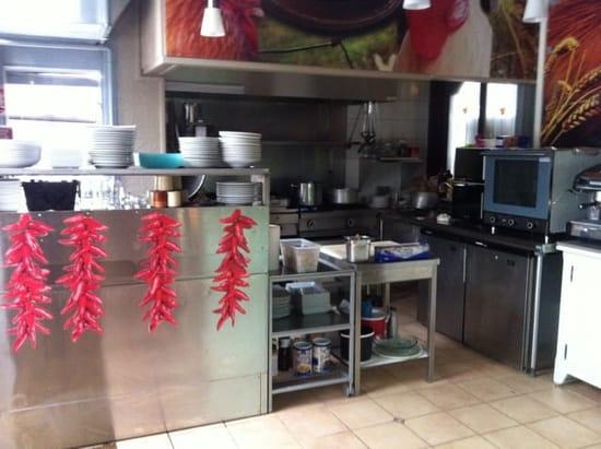 Restaurant : La Ferme Saint Charles  - Le chef cuisine devant nous et en plus il es toujours ravi de nous donner quelques conseil  -