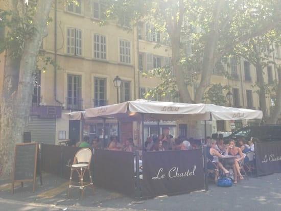 Restaurant : Le Chastel  - Vue du restaurant depuis la place -