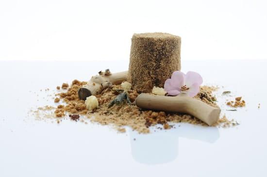 [sens]  - Sur une plage petit paté, sables à croquer, lait bronzé et odeur de monoï. -